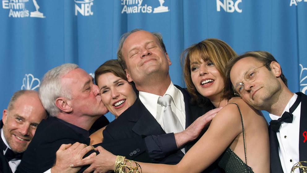 Die Schauspieler Kelsey Grammer (Mitte) und David Hyde Pierce (rechts) kommen mit den anderen 'Frasier'-Darsteller*innen Jane