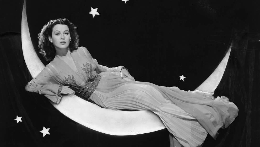 Die in Österreich geborene Schauspielerin Hedy Lamarr (1913 - 2000) posiert in einem langen, fließenden Kleid, während sie
