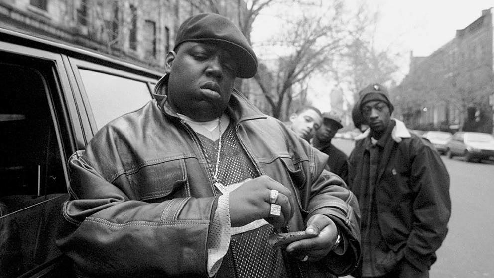 Rapper Notorious B.I.G. aka Biggie Smalls aka Chris Wallace vorm Haus seiner Mutter in Brooklyn, 1995