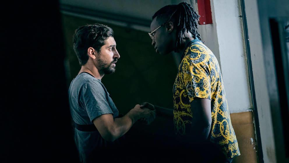 Franck (Sébastien Houbani, links) merkt schnell, dass beim Videodreh Tony (Abdraman Diakite, rechts) die Regeln vorgibt.
