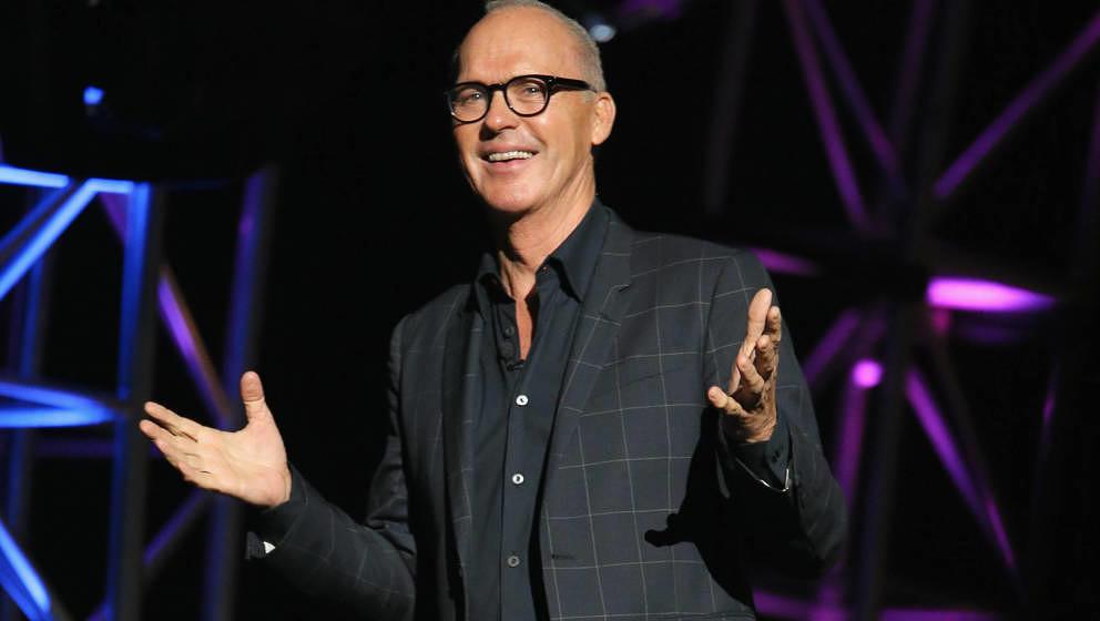 """Der Schauspieler Michael Keaton spricht auf der Bühne während der """"SeriousFun Children's Network 2015 Los Angeles Gala"""""""