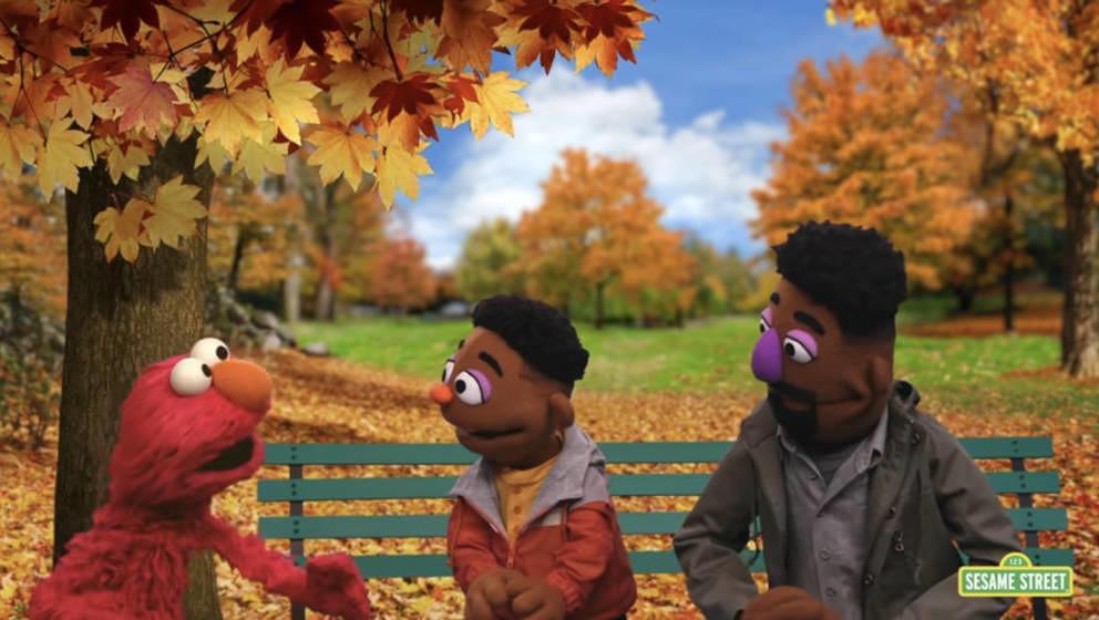 """""""Sesamstraße"""": Die neuen Muppets Elijah und Wes sprechen mit Elmo"""