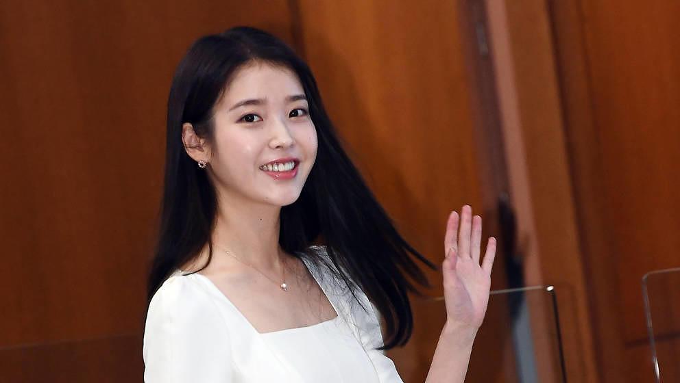 [더팩트ㅣ이동률 기자] 가수 아이유가 24일 오전 서울 종로구 서울지방국세청에서 열린 '국세�