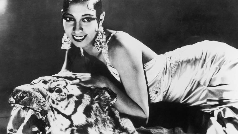 Porträt der in Amerika geborenen Sängerin und Tänzerin Josephine Baker (1906 - 1975) auf einem Tigerteppich liegend in ein