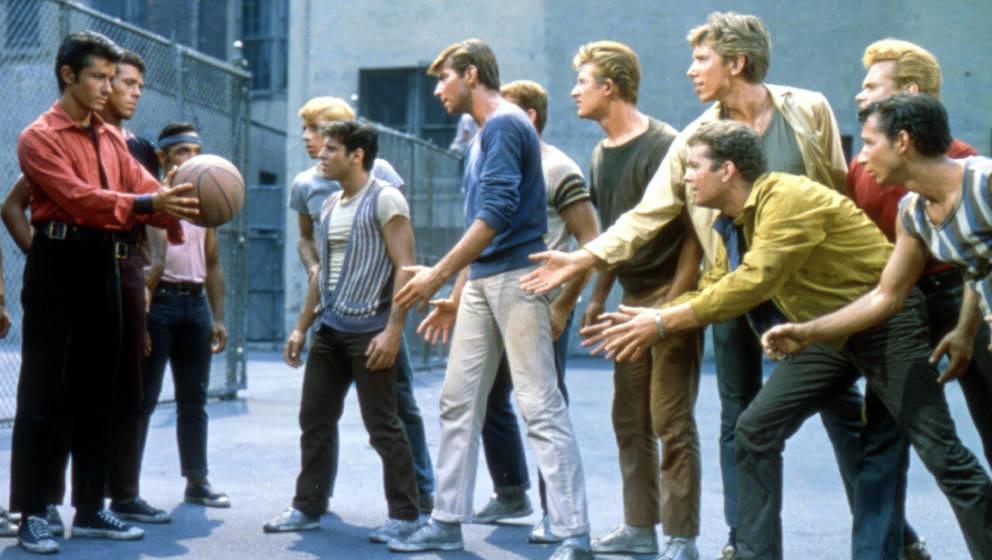"""Die Schauspieler George Chakiris, Tony Mordente, Tucker Smith und Russ Tamblyn in einer Szene aus dem Musicalfilm """"West Sid"""