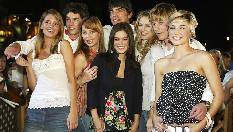 Die Darsteller:innen (von links nach rechts) Mischa Barton, Adam Brody, Melinda Clarke, Peter Gallagher, Rachel Bilson, Kelly