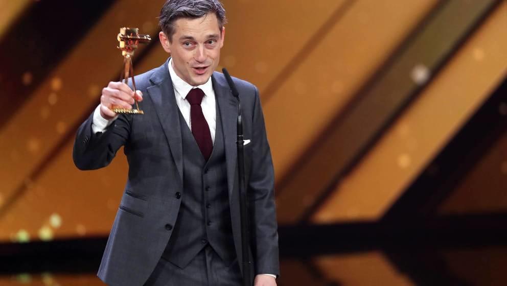 """Der Schauspieler Volker Bruch spricht nach der Verleihung des Preises """"Bester deutscher Schauspieler"""" während der Verlei"""