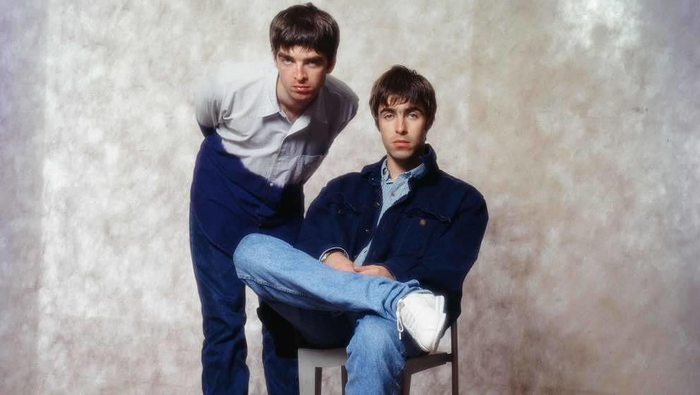 Noel Gallagher and Liam Gallagher in Tokio im September 1994.