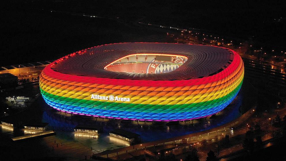 Die Allianz-Arena in München in Regenbogen-Farben