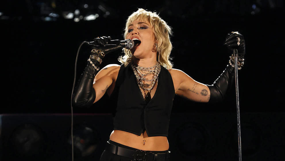 INDIANAPOLIS, INDIANA - APRIL 03: Miley Cyrus performs a Tribute to Frontline Heroes during the 2021 NCAA Final Four at Lucas