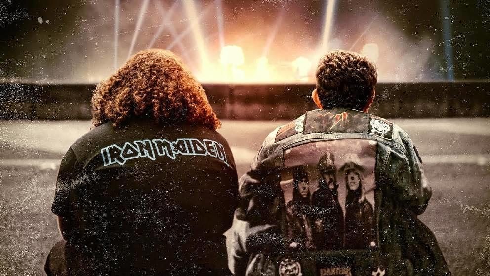 Zwei Freunde versuchen alles, um einmal Iron Maiden spielen zu sehen.