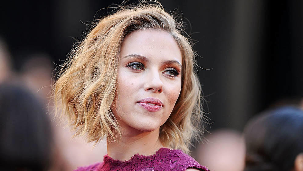 HOLLYWOOD, CA - FEBRUARY 27:  Actress Scarlett Johansson arrives at the 83rd Annual Academy Awards held at the Kodak Theatre