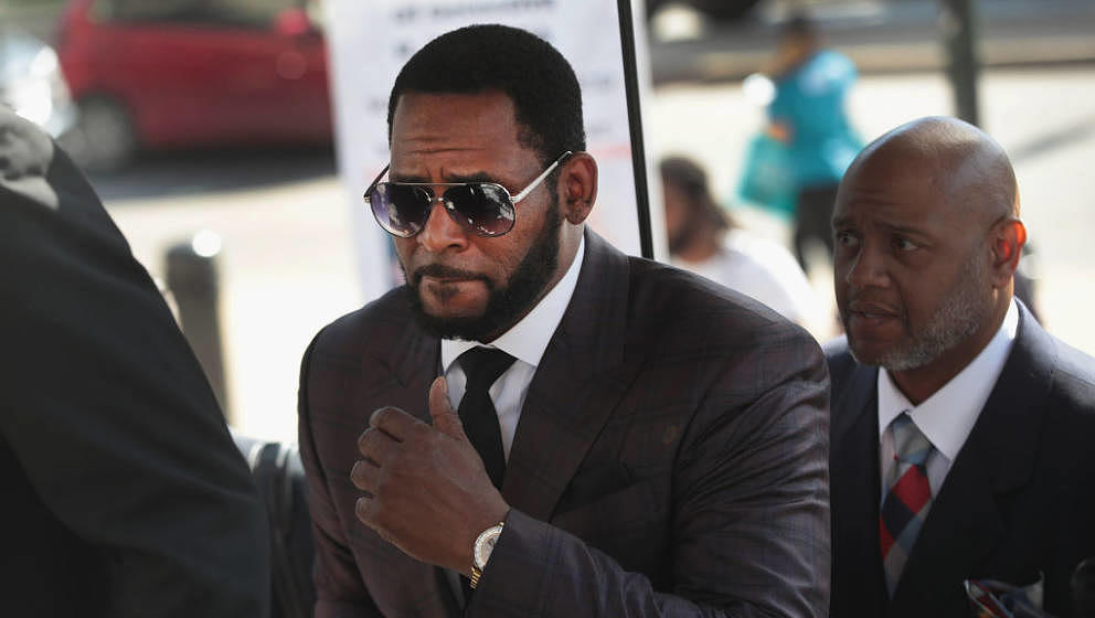 CHICAGO, ILLINOIS - JUNE 26: R&B singer R. Kelly (C) arrives at the Leighton Criminal Courts Building for a hearing on Ju