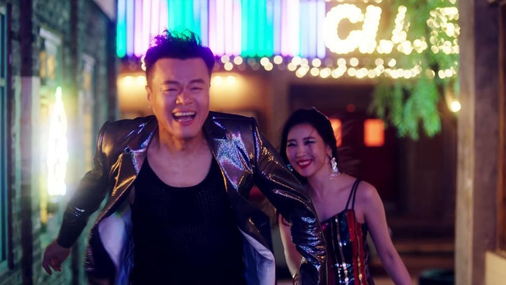 J. Y. Park und Sunmi im Video zu 'When We Disco'