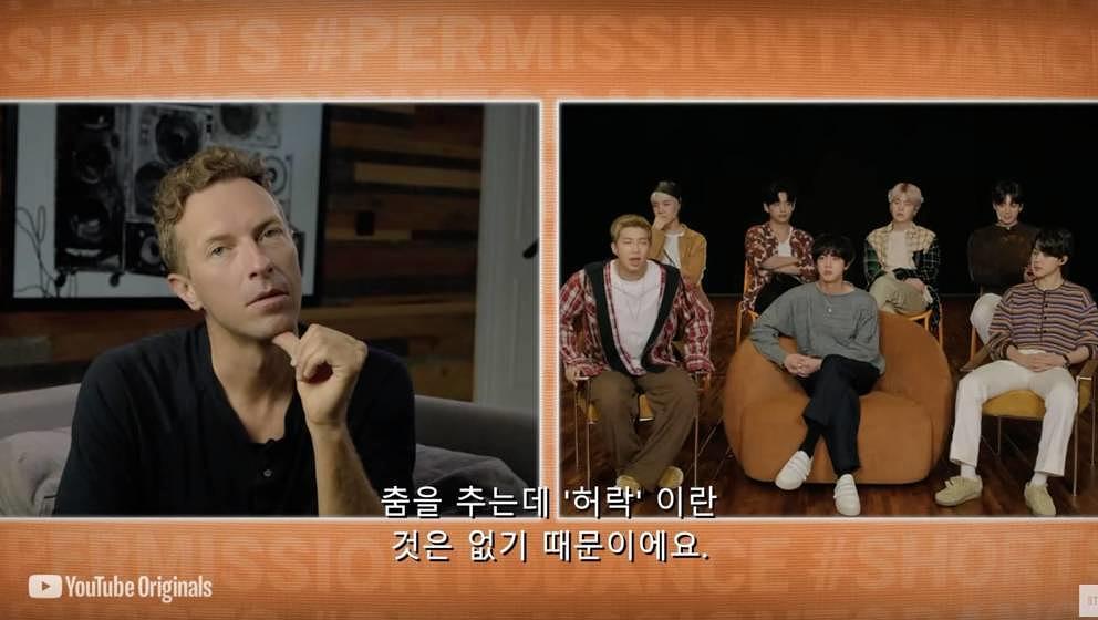 "Chris Martin interviewt BTS bei ""Released""."