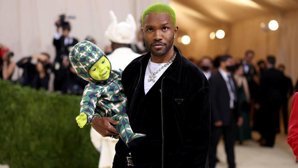 Frank Ocean erschien mit einem grünen Roboter-Baby im Arm.