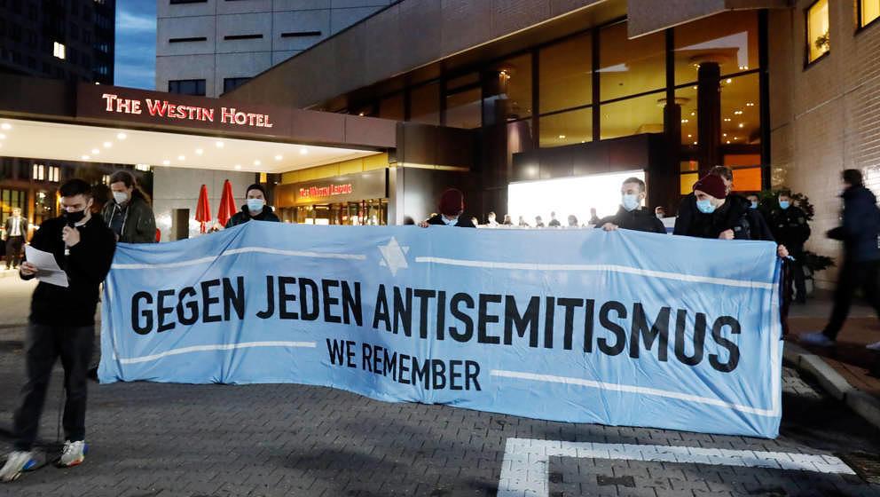 """Teilnehmer einer Demonstration des Bündnis """"Leipzig nimmt Platz"""" stehen vor dem """"Westin Hotel"""" Leipzig.  (Credits: d"""