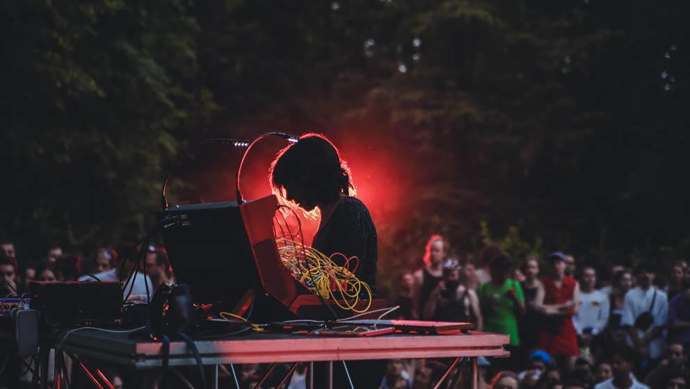 Tritt auch beim Weekend Fest X auf: Suzanne Ciani, hier live beim Terraforma im Juni 2017