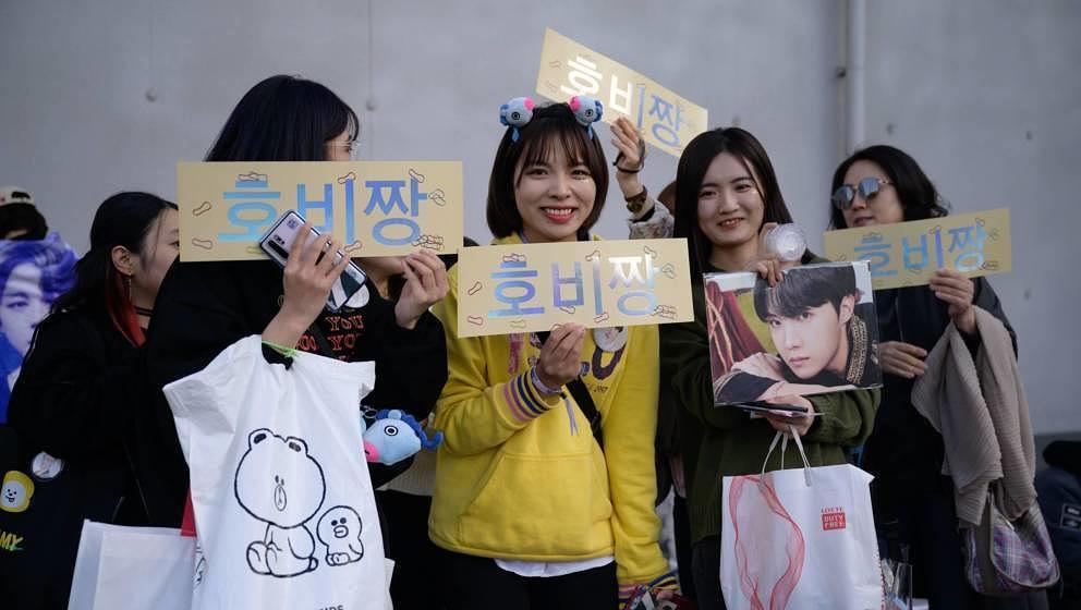K-Pop-Fans auf der BTS World Tour im Oktober 2019 / Foto von ED JONES/AFP via Getty Images)